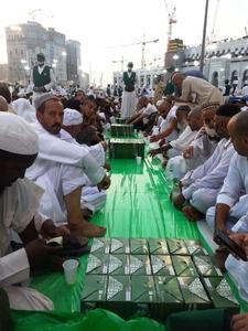 أطول مأدبة إفطار في مكة بطول 4 كيلومترات وتوزع 1.3 مليون وجبة