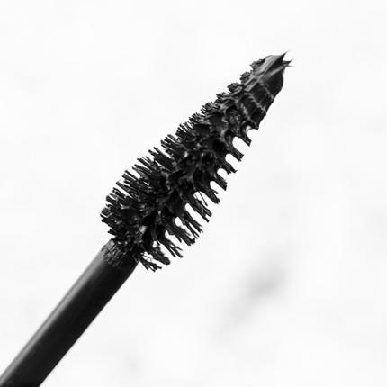 تمنحك هذه الفرشاة طولاً وكثافة متوسطة الحجم إذا كانت رموشك كثيفة بالأصل.
