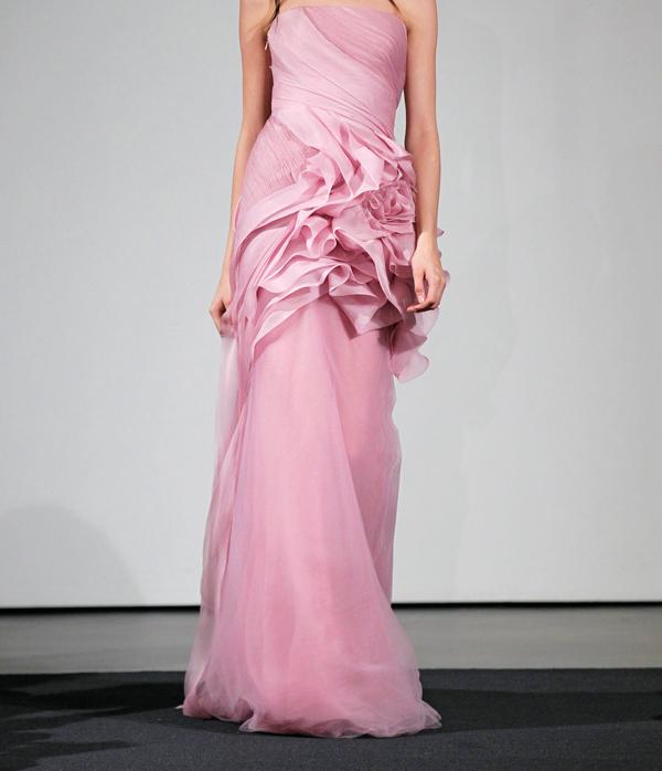 الفستان الوردي من Vera Wang للعروس الجريئة.