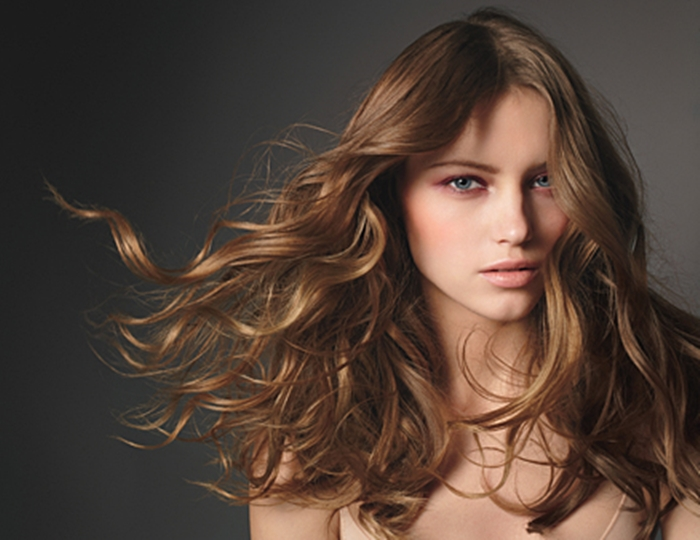 ماسك رائع لترطيب الشعر الجاف والمجعد قبل العيد | مجلة ازياء | جمال و موضة المرأة