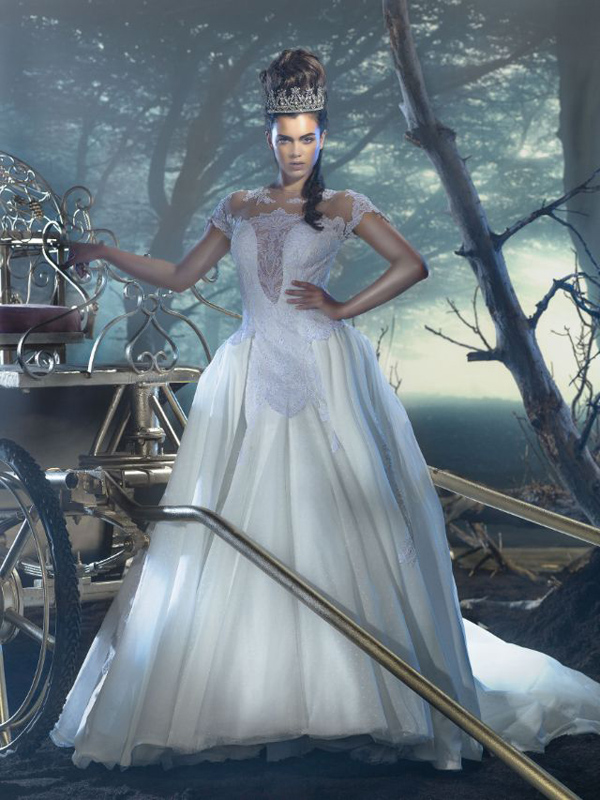 """فساتين زفاف مرصعة بالشواروفسكي في معرض """"Trau Dich"""" لعام 2014."""